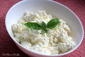 Cum faci brânză de casă pentru bebeluş cu doar două ingrediente