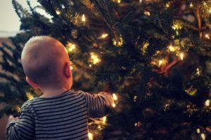 Facem brad de Crăciun dacă avem copil mic?