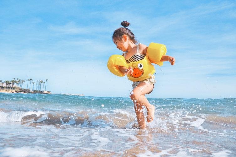 Cu copilul la plajă: ce luăm în bagaj
