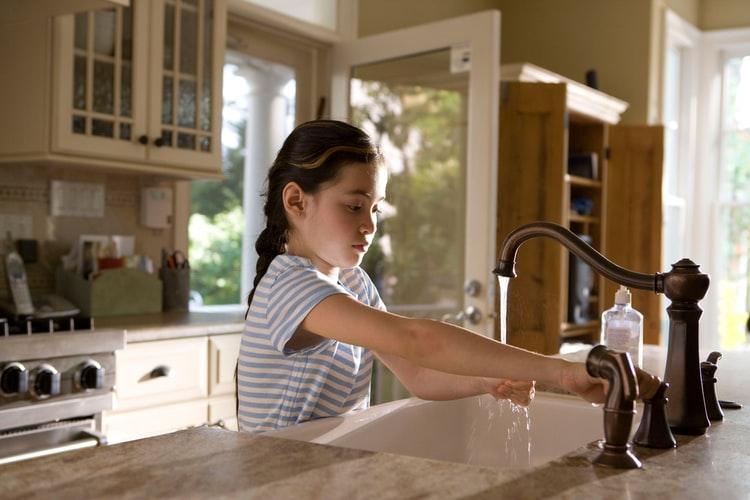 Cum convingi copiii să se spele pe mâini