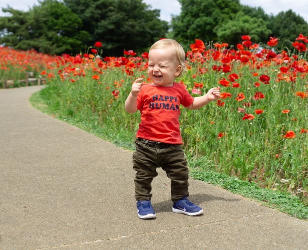 Primii paşi: La ce vârstă merg copiii în picioare?